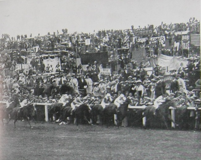 Spectators at the 1913 Epsom Derby (catalogue ref: ZPER 34/142)