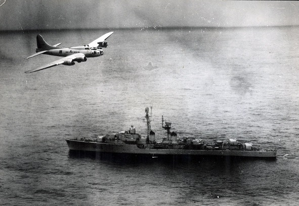A Brazilian Boeing B-17 Flying Fortress flying over French destroyer Tartu (D636) off Brazil during the 1963 Lobster War (image: Wikimedia Commons)