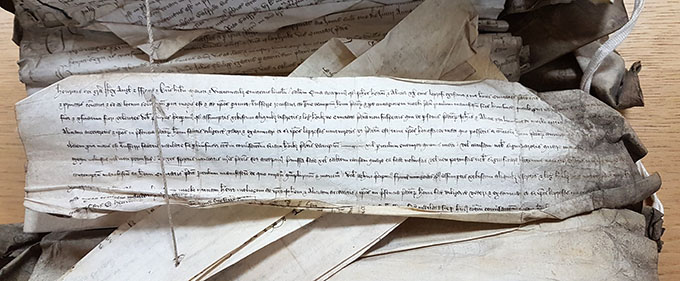 Writ and return in the Recorda files of the King's Bench, assessing John Hedon and his wife Alice, alleged lepers living in Lincoln.