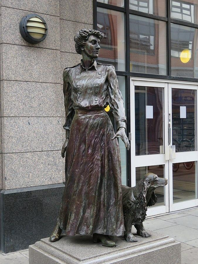Statue in Dublin city centre of Constance Markievicz and her dog Poppet, by Elizabeth McLaughlin.